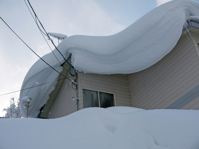 Heavy-snowdrift-on-the-roof-000059871580_Small
